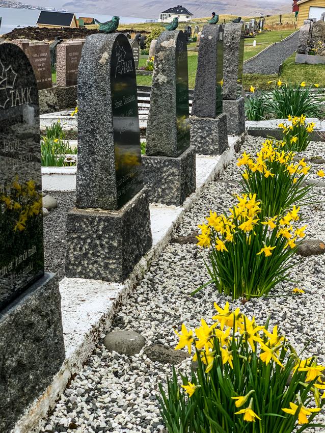Wielkanoc na Wyspach Owczych. W tym czasie odwiedza się groby.